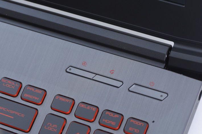 機身設有散熱模式與效能模式切換快捷鍵,玩家可以 立即轉換成效能增強模式,提升遊戲的流暢度與表現。