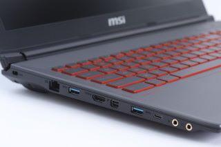 機身兩側提供充足的擴充端子,也有 HDMI 及 mini Display Port,方面連接 外置屏幕使用。