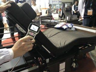 電動輪椅床加入腳部屈 曲按鈕,就是可以調節床尾 中部升高的屈曲度,能夠讓 臥床在坐立時改變小腿姿 勢,令病人坐得更舒適,是 一項貼心照顧的設計。