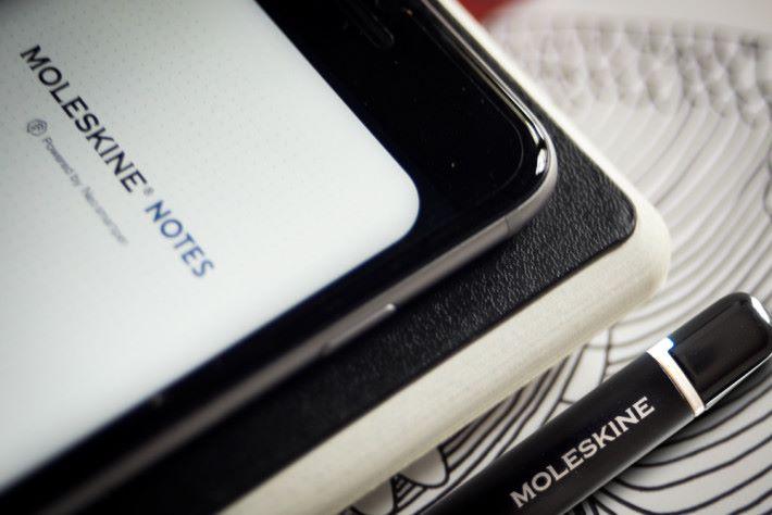 Moleskine 智能寫作組合包括 Paper Tablet 筆記簿、智能筆及手機應用程式,方便儲存手寫筆記及草圖。
