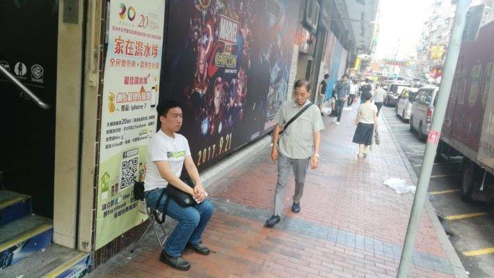 在商場另一個入口,有另一位先生擔凳仔坐得四正,莫非佢先係真命天子?