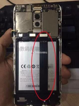 電池上方有一排線。