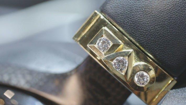 鑲嵌了三顆不同圖案的鑽石,分別代表人生的過去、現在及未來