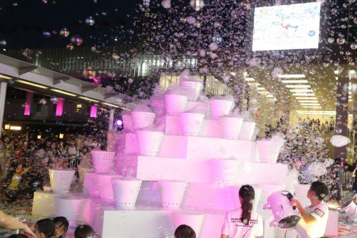 日本當代藝術家大卷伸嗣創作的裝置以倒梯形組合成大約 4 米的金字塔形狀,底部的正方形不能攀越,狂玩都要顧及安全呀。