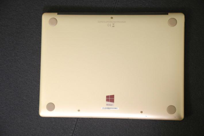 Huawei Matebook X 採用無風扇設計,機身底下無散熱孔。