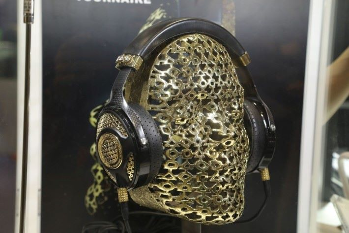 全場最貴 $98萬耳機,配有18K 金及 6卡半鑽石的耳機