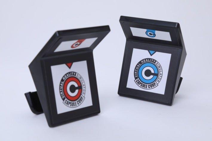 戴上印有膠囊公司標誌的 AR 標籤就可以在遊戲裡進行各種控制和出招