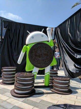 一如以往,Android Oreo 發布時同樣在 Google 總部擺設Android Oreo 女俠的塑像。