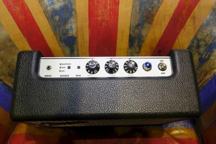 以旋鈕控制音量,中高頻及低音