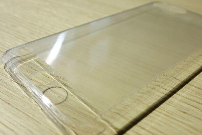 手機殼表面有一層柱狀透鏡