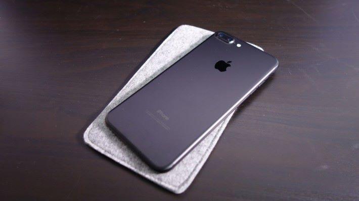 附送的絨布收納袋連 iPhone 7 Plus 也放得下