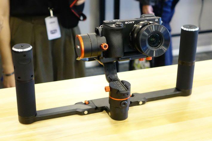 雙手持穩定器能使拍攝時更穩定。