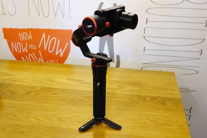 單手持則適合較小型的相機拍攝之用。