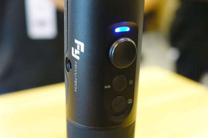 用家可利用整個手柄移動相機的角度,亦可使用這操控桿來調校角度。