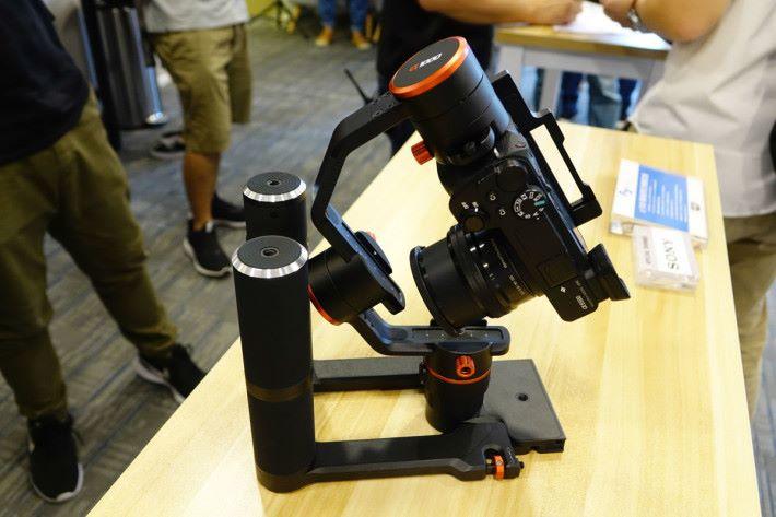平時只要將雙手持穩定器摺好,就能收到相機袋內。