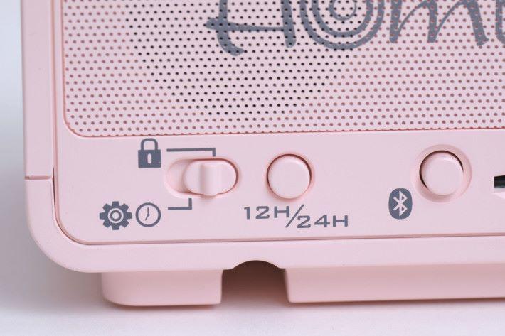 除了機頂的設定轉盤及鬧鐘按鈕外,所有設定按鈕都放在機背。
