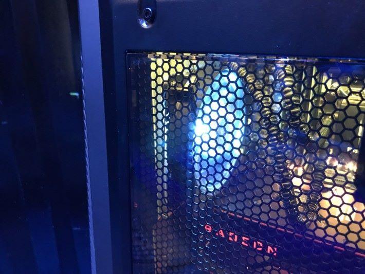 主機透明部份,加入防止電磁波干擾的金屬網。