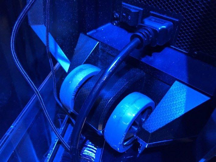 笨重的電競主機也有轆,方便搬運。