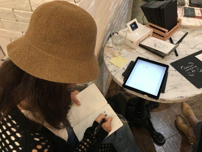 用家使用智能筆在 Paper Tablet 筆記簿上畫圖寫字,可即時上傳內容到手機或平板的 App 內。