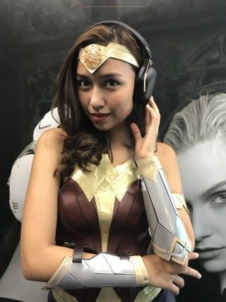造型酷似神奇女俠的模特兒,額上的金屬牌,就是 V-MODA 耳機特色的客製化飾片。