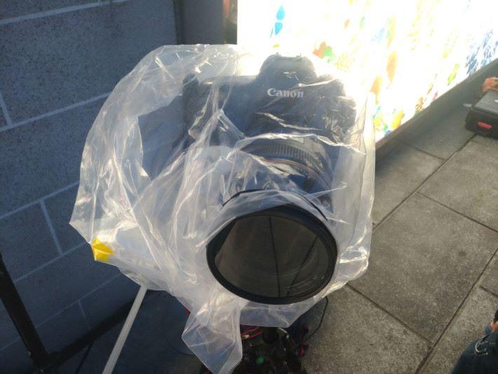 最好還是先為相機外加一個透明膠袋(用橡筋繫於鏡頭上)作保護,盡量避免相機與泡泡有接觸的機會。