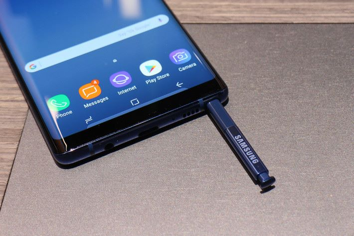 標誌性的 S-Pen 同前代一樣放在機底,一拉出即可使用。