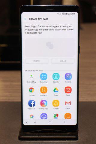 新增於 Edge panel 上的 App pair 功能,就是將想同一時間開啟的功能,以一個快速鍵作同時開啟,並以 Multi Window 方式示人。