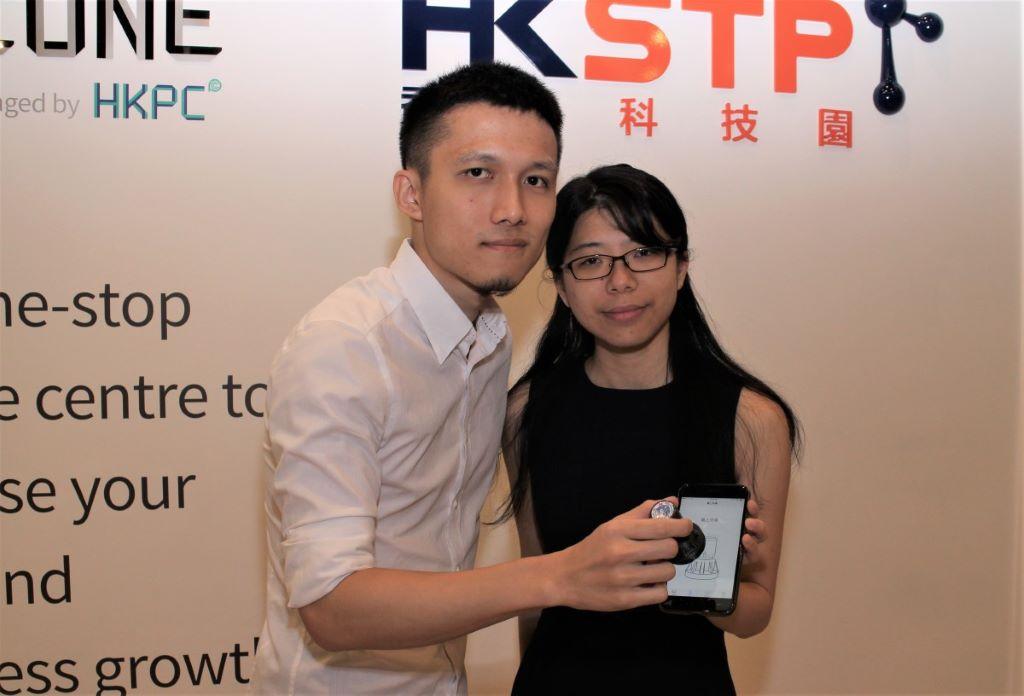 鍾慧龍(左)和林曉筠的 Animae,將現實跟虛擬連接,可辨識在智能電話上的物件。