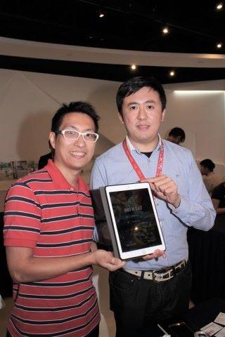 陳曉陽(左)和方宇傑開發的 Bid N Eat 平台,協助即時配對餐廳和食客,調配城市資源。