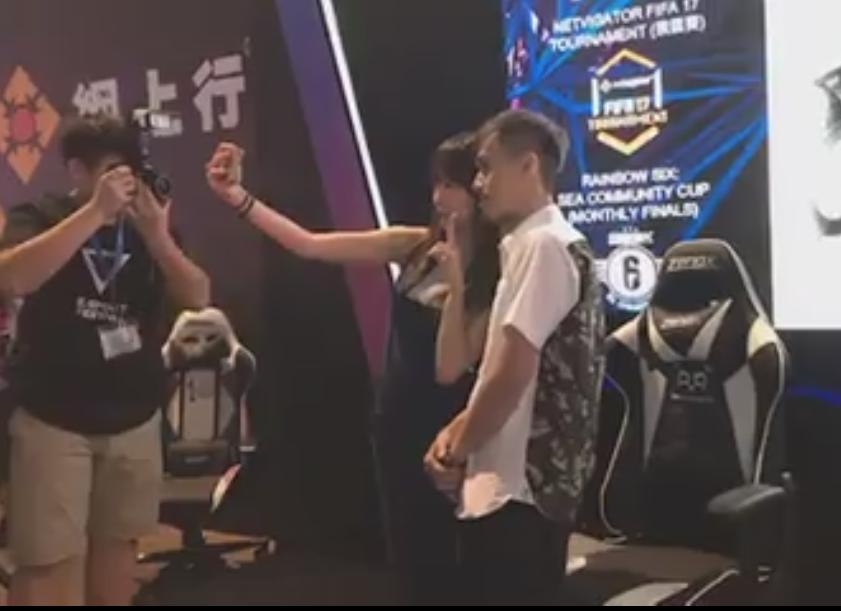 男粉絲與隊長 Deer Chan 合照,可見對 PandaCute 的熱愛