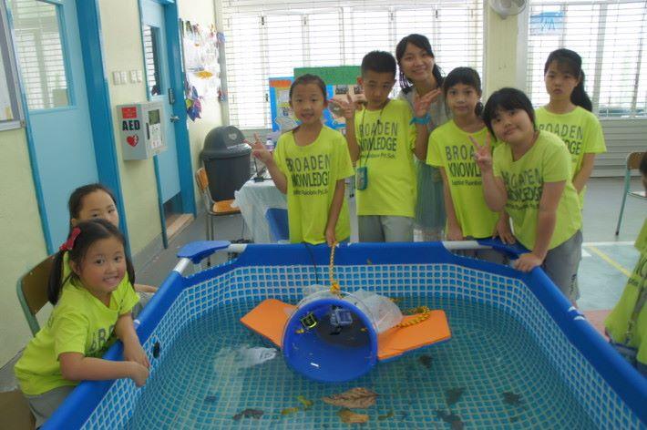 文慧儀與初小學生合力製作水母機械人。