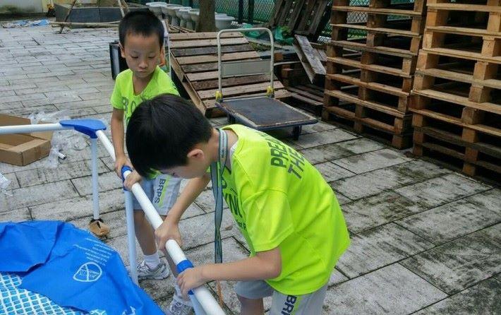 文老師表示對組裝的空間感較差,成果展當日的水池由三年級學生自行組裝。