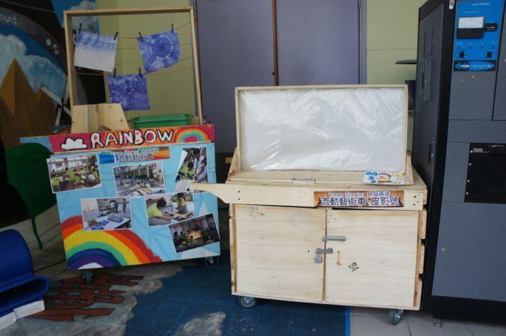 流動藝術車是師生和多個外界聯繫合作的成果,有染色、皮影藝術的木頭車,十分創新。