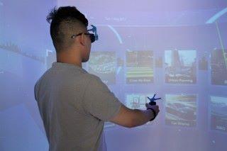 VirCube 可同時支援多人在空間內使用,只要戴上 3D 眼鏡即可。其中一人控制視角活動。