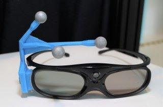 感光儀器定位技術識別 3D 眼鏡上的三點標式。