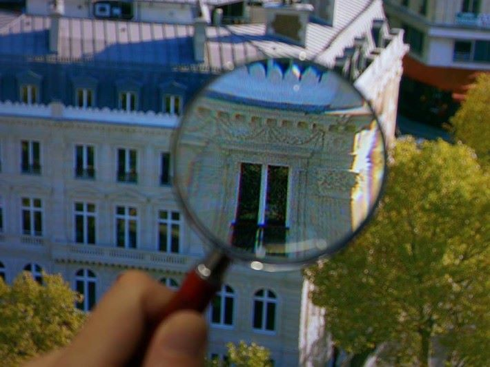 . 8K 屏幕細緻得用放大鏡看也難見到像素。(相片來源:AV Watch)