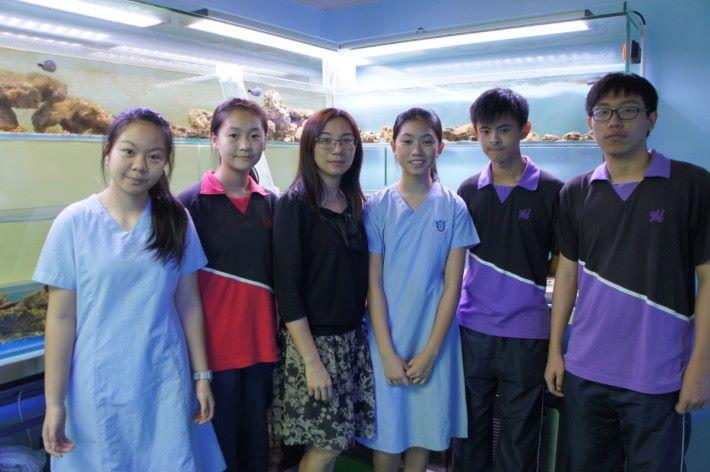 海洋科技研習中心團隊的部分成員,(左起) 學生陳嘉稀、雷詠琳、方麗萍老師、學生嚴凱彤、郭彥聰和楊永聰。