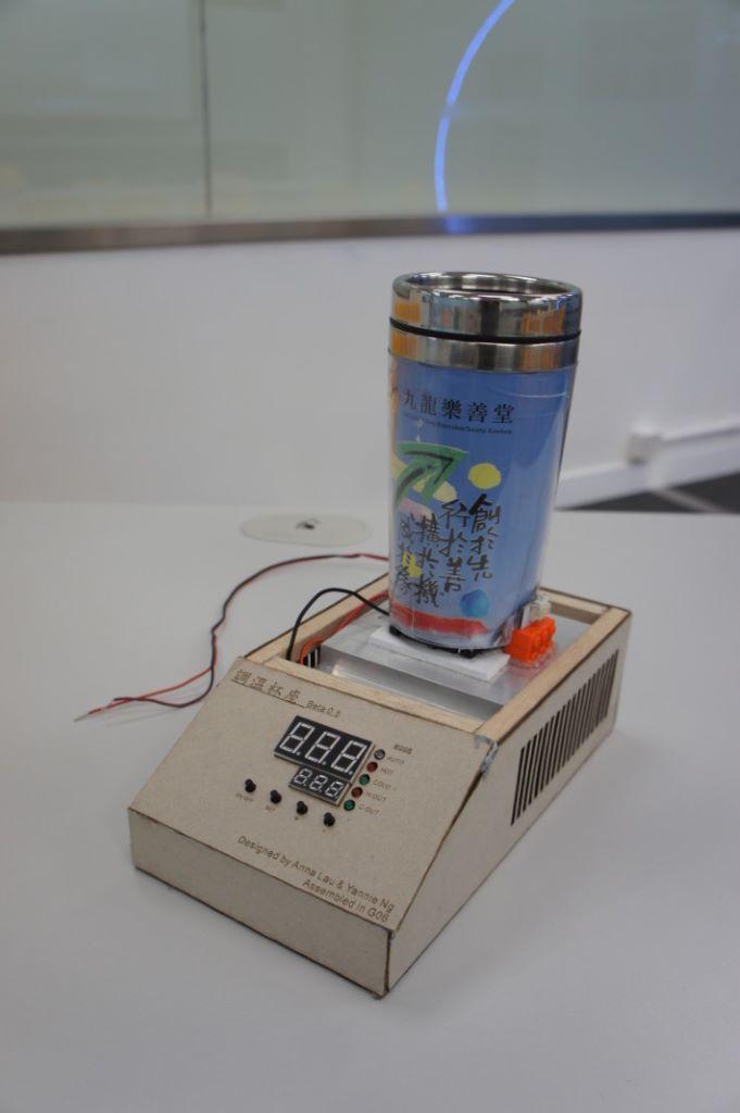 余中安排學生就長者及智能家居設計產品,圖中是學生柳婷敏和吳泳茵所設計的調溫杯座,可讓杯裡的水溫維持於指定溫度。