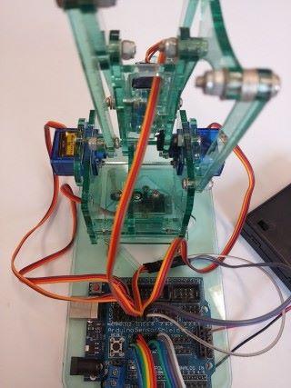 Step 4:機械鉗的Servo線,啡色(灰色)是負極插入G,紅色(紫色)是正極插入V,橙色(白色)是訊號線插入S,對準方向插入Sensor shield的9號針位,右面Servo插入10號針位,左面Servo插入11號針位,MeArm底部servo負責轉向,插入12號針位。
