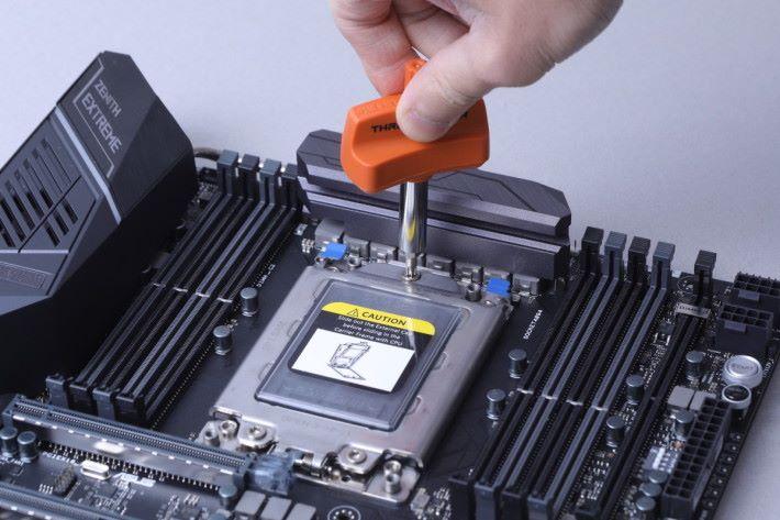 先鬆開插座面蓋的三顆螺絲,並有標示打開及安裝的次序,相當貼心。