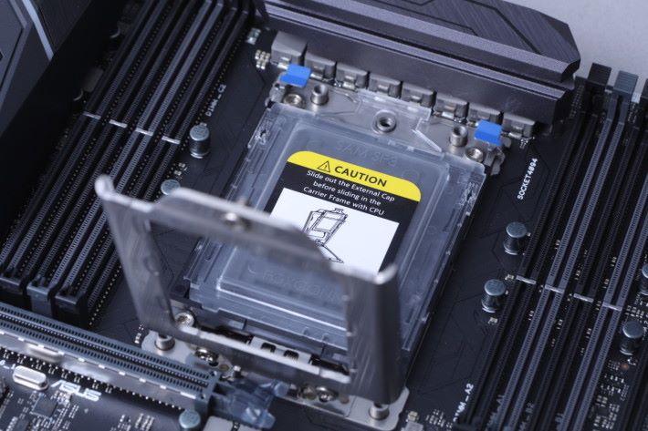 打開第一層金屬面蓋後,可見還有一層塑膠卡保護蓋。
