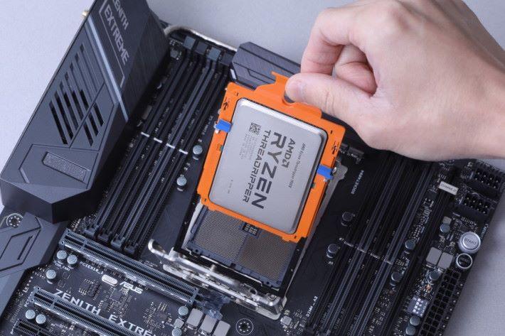移除灰色 Socket 保護蓋,拉出中間半透明塑膠卡,再插入處理器。處理器要預先安裝於橙色的 Carrier Frame SP3 上,盡可能減少用家接觸到處理器金屬接點。