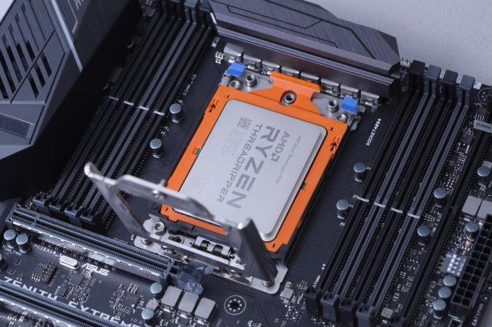 接下來逐層固定插座,先是有處理器的一層。