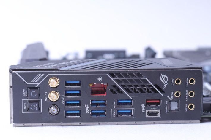 背板預先裝上固定的 IO Shield,設有 Clear CMOS 及 BIOS Flashback 按鈕,以及 802.11ac 及 802.11ad 天線插頭。