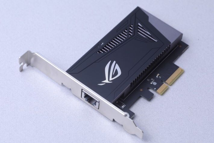 ROG AREION 10G 網絡卡也是配件之一,採用 PCI-E 3.0 x4 介面。