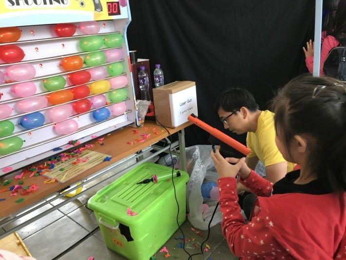 攤位遊戲裡的氣球射擊遊戲沒有子彈,但為甚麼氣球會爆?