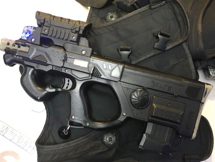 雷射槍射擊遊戲的道具,槍的頂部有接收器。