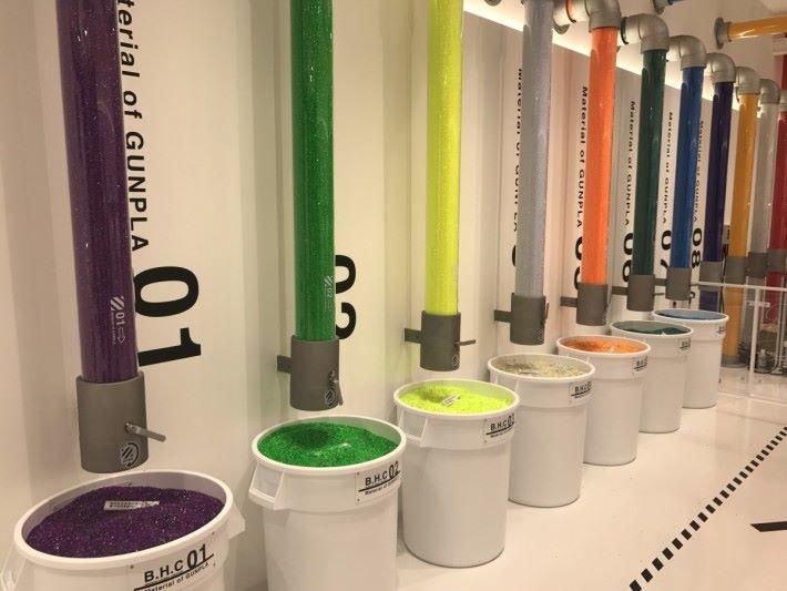 製作金屬模具後,就可注入顏色塑膠粒。