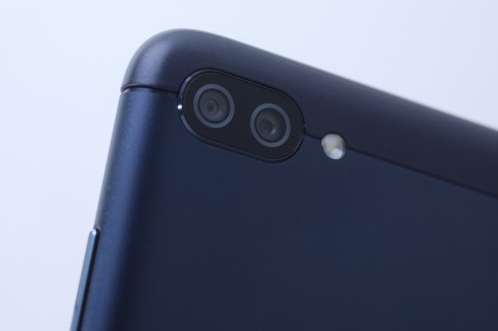 配備 16MP 加 5MP 雙鏡頭,其中 5MP 鏡頭負責廣角拍攝。