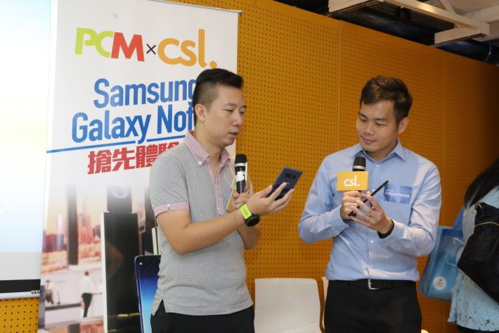 Samsung 派出代表為大家詳細講解 Note8 各樣特色功能,而《PCM》編輯Martin(左)亦在場同大家分享利用 Note8 輔助日常工作時有什麼好處。